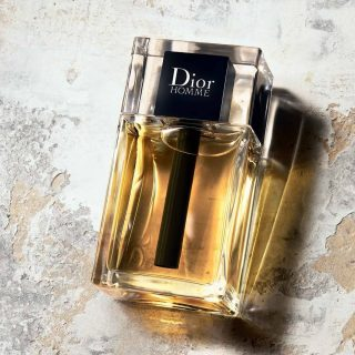 New in Stock: Dior Homme 2020  Breaking from the OG DNA, this new interpretation removes the iris and adds freshness to the composition, resulting in a versatile crowd pleaser that is not overwhelming or cloying.  Dior Homme 2020byChristian Dioris a Woody fragrance for men launched in 2020. The nose behind this fragrance is Francois Demachy. Top notes are Bergamot, Pink Pepper and elemi; middle notes are Cashmere Wood, Atlas Cedar and Patchouli; base notes are Iso E Super, Haitian Vetiver and White Musk.  Buy samples and discovery kits atlshamanparfums.com  PH: official Dior promotional photo  #diorhomme2020 #dior #brandpromotialphoto #summerfragrance #sumerscent #perfumesamples #shopdecants #perfumedecants #fragrance #sotd #perfumelover #discoverysets #fragrancediscoverysets